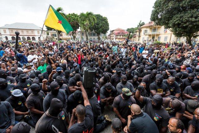 Les 500 frères et la population attendent devant la préfecture de Guyane.