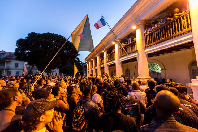 Dimanche 2 avril 2017. Préfecture de Guyane. Les négociations sont terminées. La ministre des outre-mer va repartir à Paris. Les représentants des grévistes annoncent à la foule, depuis le balcon de la préfecture, que la mobilisation continuera jusqu'à ce que Paris donne une réponse à leurs revendications. Ils annoncent déjà de nouvelles actions notamment au centre spatial, afin de maintenir la pression sur le gouvernement.
