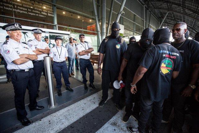 Les 500 frères se sont rendus à l'aéroport, mais n'ont pu rencontrer les ministres qui ont quitté l'aéroport en hélicoptère afin de rallier la préfecture, mercredi 29 mars 2017, Cayenne.