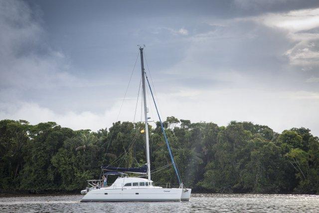 Les Canadiens de Coconut, seul catamaran du rallye, remontent le fleuve Essequibo au moteur