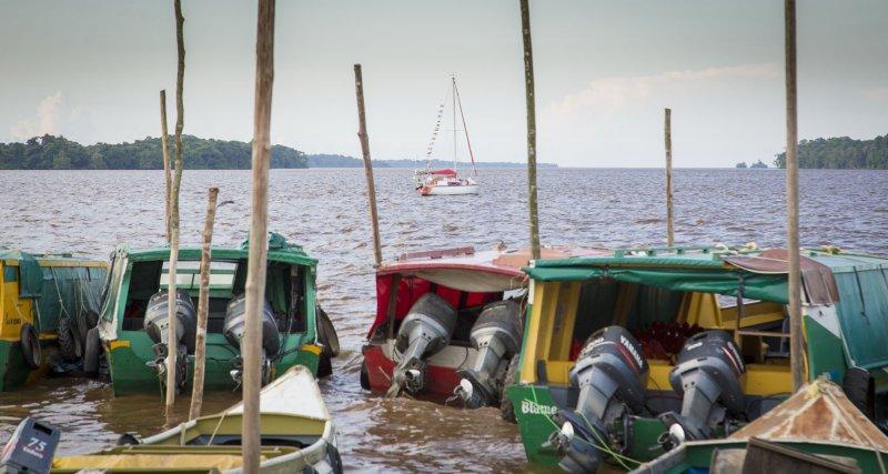 Merlin au mouillage à Bartica city - seule voile parmi les grosses cylindrées des speedboats typiques du Guyana