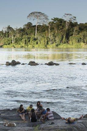 La jeunesse de Maripasoula se retrouve sur les roches du saut des Pères en fin d'après midi.