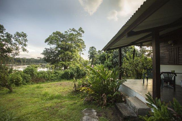 Le terminal propose des bungalows avec vue sur le Lawa.