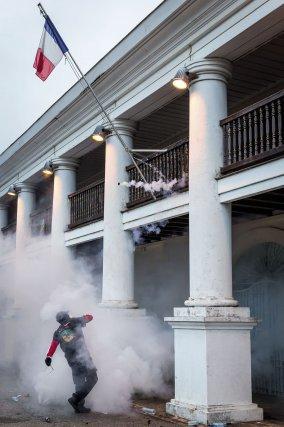 Quelques éléments tentent de forcer les portes de la préfecture, un commissaire est blessé. En réaction, les forces de l'ordre lancent des gaz lacrimogènes, le 7 avril 2017.