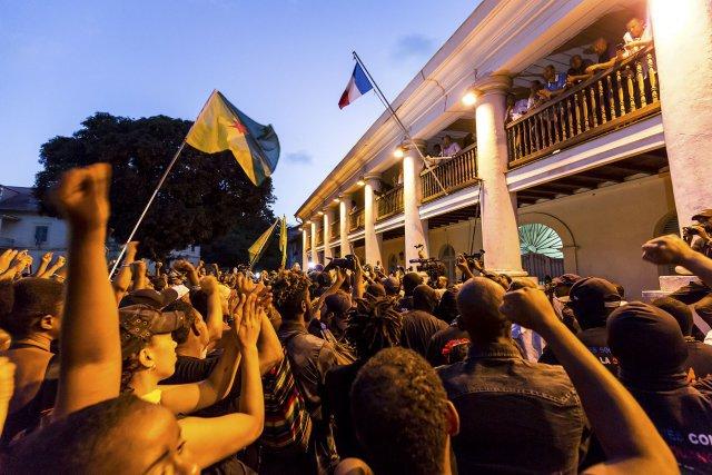 FRANCE, Guyane (DOM). Dimanche 2 avril 2017. Préfecture de Guyane. Les négociations sont terminées.La ministre des outre-mer va repartir à Paris. Les représentants des grévistes annoncent à la foule, depuis le balcon de la préfecture, que la mobilisation continuera jusqu'à ce que Paris donne une réponse  à leur revendications. Ils annoncent déjà de nouvelle actions notament au centre spatial, afin de maintenir la pression sur le gouvernement.