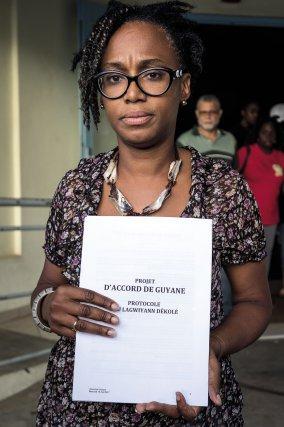 FRANCE, Guyane (DOM). Lundi 17 avril. Cayenne. La représentante de la Fédération des Très Petites Entreprises (FTPE) de Guyane, Valérie Vanoukia, présente le protocole d'accord qui a été envoyé au gouvernement et qui conditionne la fin du mouvement dans sa forme actuelle. En attendant une réponse du gouvernement, les barrages seront à nouveau fermés ce lundi soir à partir de 22h.