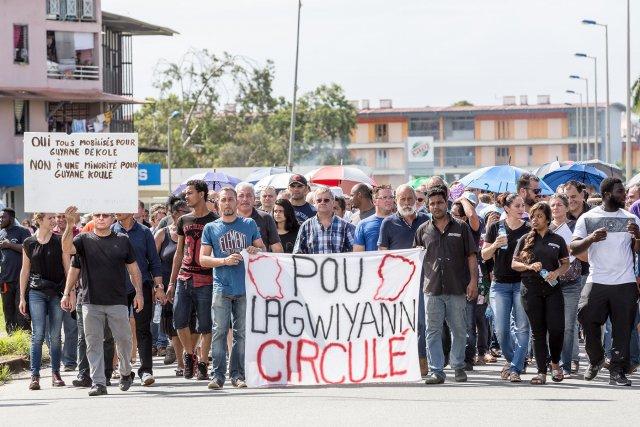 FRANCE, Guyane (DOM). Mardi 11 avril. Kourou. La première marche d'opposition à la libre circulation en Guyane a eu lieu ce mardi matin à kourou, réunissant environ 250 personnes .. Le collectif