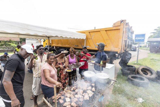 FRANCE, Guyane (DOM). Dimanche 26 mars 2017. Les pompes sont vides, les  stations services  n'ont plus de carburant à distribuer. Ce dimanche, les barrages sont ouverts à la circulation , sauf à la sortie de Cayenne) afin de permettre à la population de se ravitailler avant le durcicement du mouvement prévu demain lundi. L'ambiance sur les barrages est bon enfant, les barbecues s'organisent.
