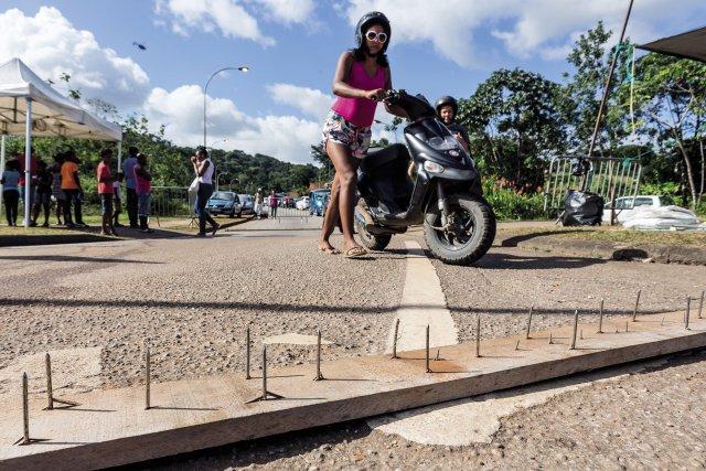 FRANCE, Guyane (DOM). Mercredi 29 mars 2017, Cayenne. Les ministres de l'intérieur et de l'outre-mer sont attendus en fin d'après midi en Guyane. Sur le rond point menant à l'aéroport félis Eboué, les manifestants continuent de bloquer les accès. Les 500 frères se sont rendus à l'aéroport mais n'ont pu rencontrer les ministres qui ont quitté l'aéroport en hélicoptère afin de ralier la préfecture pour y donner une première conférence de presse. Un automobiliste ayant tenté de forcé un barrage dans la nuit de mardu à mercredi, des herses ont été installées aux barrages.