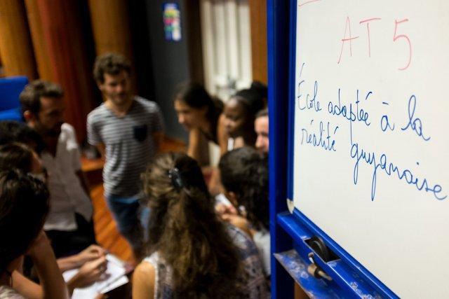 FRANCE, Guyane (DOM). Mercredi 5 avril. Amphithéatre de l'Université de Guyane. Cayenne. Des professeurs , réunis en ateliers, planchent sur des propositions à formuler pour une amélioration de l'enseignement en Guyane.