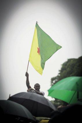 30 mars, devant la préfecture de Cayenne, drapeau et kasékô P