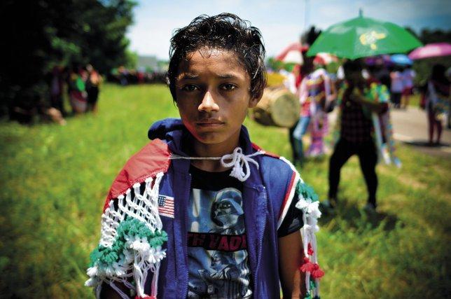Enfant amérindien pendant la marche de Kourou devant les grilles du Centre spatial guyanais, 4 avril 2017.