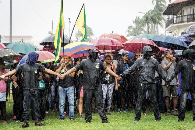La chaine humaine des 500 frères contient la population devant la Préfecture. Cayenne, mars 2017.