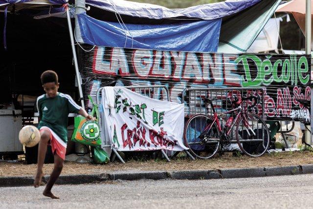 """Premier axe de circulation à être bloqué, le rond-point """"Carapa"""" permettant l'accès au Centre spatial guyanais, fut aussi le dernier à être libéré."""