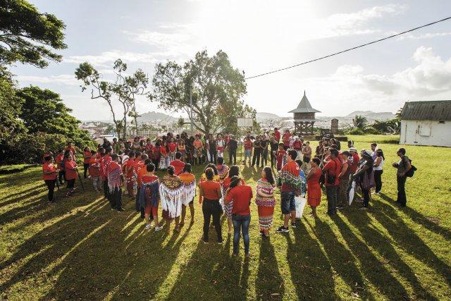 Rassemblement des peuples autochtones au fort Cépérou au matin du 28 mars 2017.