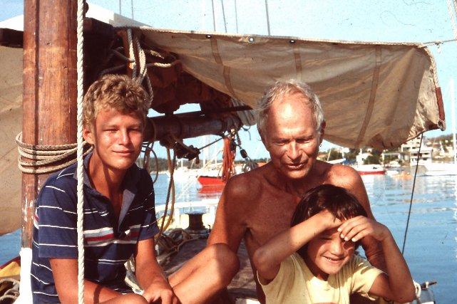 Peter navigue seul avec ses deux enfants, Thomas et Carmen. Cette dernière va disparaitre avec son père lors de l'accident de Bonaire