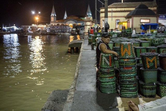 Devant les façades de la vieille ville ornées d'azulejos, sur le marché de Ver-o-Peso de Belém, acheteurs et vendeurs d'açaí se rencontrent entre 3 et 5 heures du matin. Venues des îles, et des canaux de l'Amazone, de petites embarcations déposent la production de fruits. Les grossistes de la ville l'achètent pour produire ensuite de la pulpe.