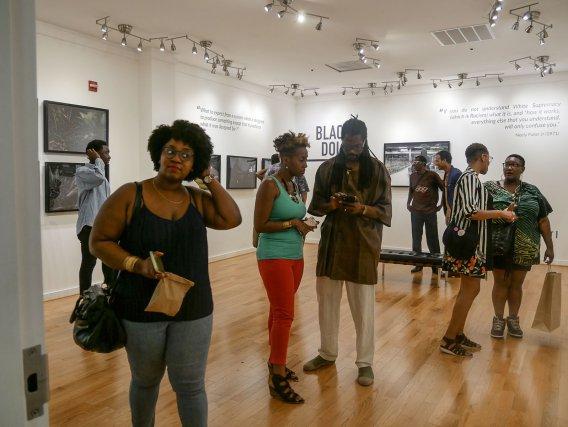 En haut: Vernissage de l'exposition Black Dolls à la Vivid Gallery du Centre d'Art d'Anacostia Août 2017.
