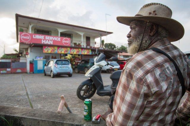 Papi Chapo devant l'épicerie Han, Av. Gaston Monnerville