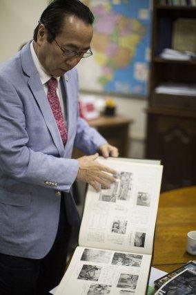 Le docteur Yuji Skuta, président de l'association nippo-brésilienne, parcourt les albums photo retraçant l'histoire de la communauté.Belém. Novembre 2017.