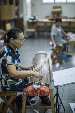 L'association nippo-brésilienne de Belém accueille de nombreuses activités culturelles, ici des cours de koto, la harpe japonaise.
