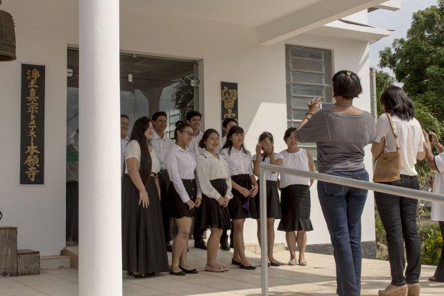 15 novembre 2017, à la sortie du petit temple bouddhiste de Tomé Açu, ou vient de se dérouler la cérémonie en mémoire des disparus de la communauté, les jeunes Nippo-Brésiliens prennent la pose.
