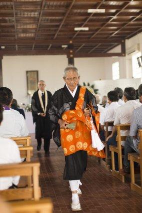 Moine bouddhiste pendant la cérémonie dans le petit temple de Tomé Açu.