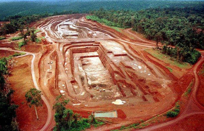 Mine d'or à Igarapé Bahia exploitée par l'entreprise CVRD (Companhia Vale do Rio Doce em Carajás) dans le sud du Pará1998, ©Foto: Paulo Santos/Interfoto. 1998 Negativo Cor 135 Nº 6223 T2 F6