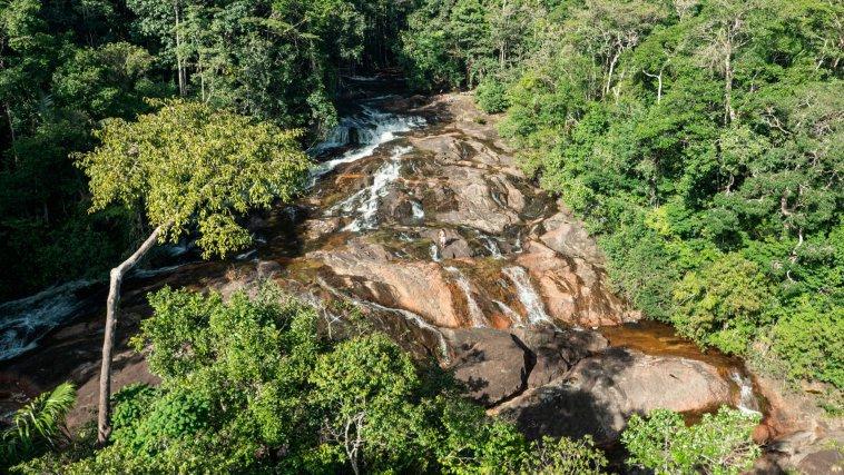 Les chutes Voltaires (les secondes chutes, situées à 2h de marche des premières). Elles sont situées sur la piste Paul Isnard, menant sur le site du projet, à environ 50km à vol d'oiseau.