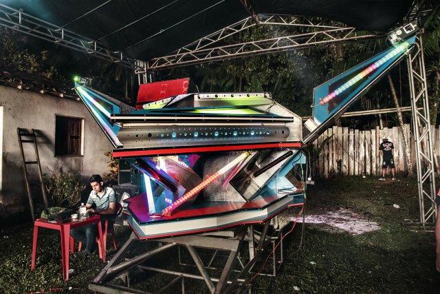 """Un petit soundsystem à Santa Bárbara do Pará, comme il en existe des centaines dans l'état. Chauffage de présoirée avant que ne démarre le """" Rubi"""", le vaisseau spatial du son, l'attraction principale dans ce lieu rural. 2017."""