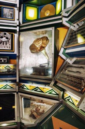 Détail de Brasilândia Saudade - la dernière machine à son jouant avec des vinyles traditionnels. Pour les plus de 25 ans, d'autres fêtes sont organisées, les Bailes da saudade (les bals de la nostalgie), qui font revivre les hits des années70, 80 ou des 90 avec des machines à l'allure vintage.