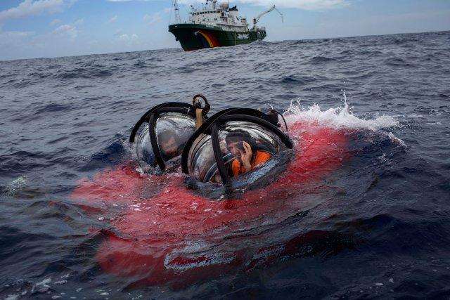 Ronaldo Francini Filho et John Hocevar, dans le sous-marin de recherche scientifique mis à l'eau depuis le navire Esperanza.