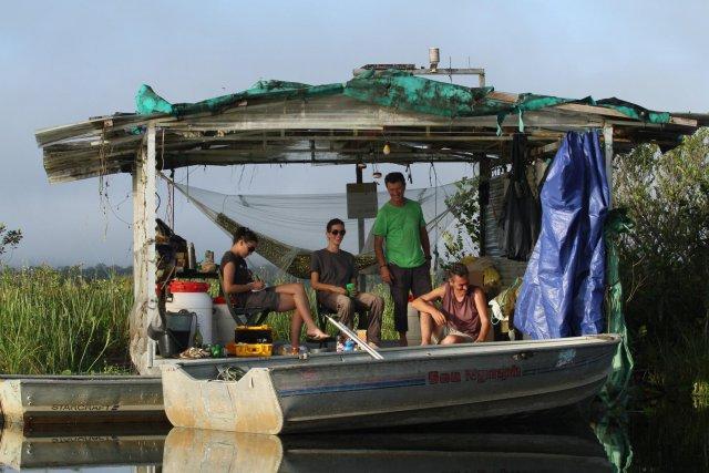 Equipe au carbet flottant sur la mare