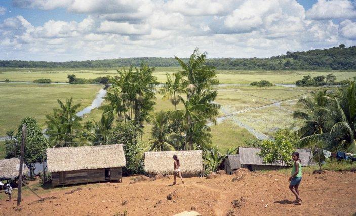 Le village de Sēthesphui/Espírito Santo domine la savane inondée, dans laquelle on distingue les chenaux empruntés par les pirogues.