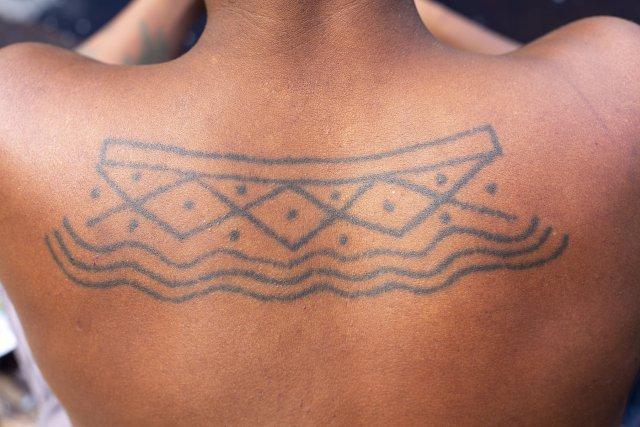 Les peintures corporelles réalisées au génipa (ici, le motif kuahi) lors des cérémonies du turé renvoient à des mythes ou à des connaissances cosmologiques.
