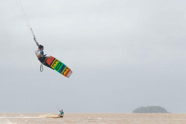 Par vent fort (plus de 15 nœuds), l'aile du kitesurf peut propulser le rider à près de 10m de hauteur.
