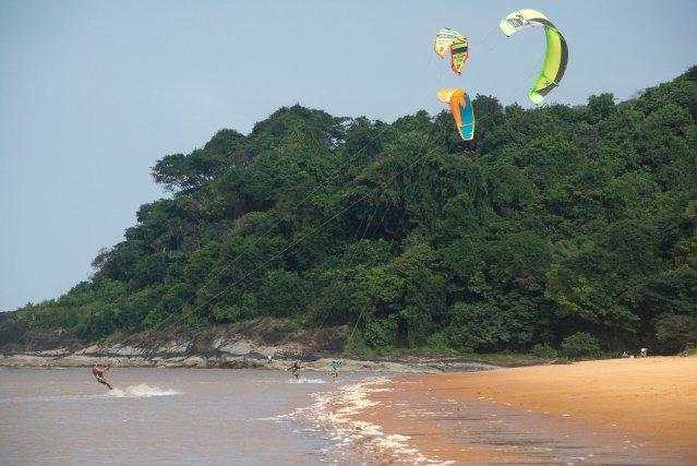 La plage des Salines, au pied du Montravel, est très fréquentée par les kitesurf. La question se pose de la mise en place d'une kite zone pour sécuriser la cohabitation avec les baigneurs.
