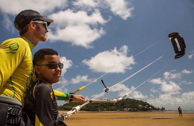 Elwan, 15 ans, atteint d'une myopathie de Duchesne, s'initie au kite avec Yann Déjou.