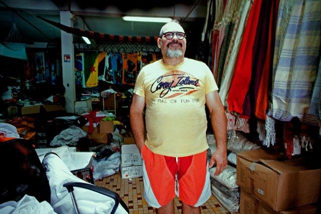 Joseph Laba dans son magasin de hamac et de vêtements professionnels à Cayenne.