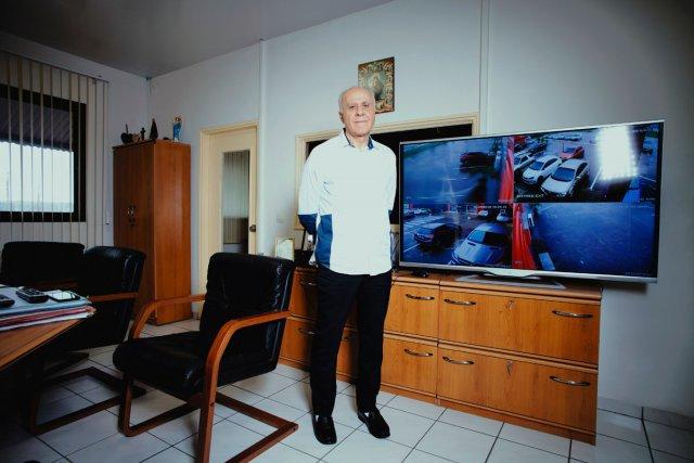Antoine Darjani dans son bureau dans la ZAC Collery a Cayenne