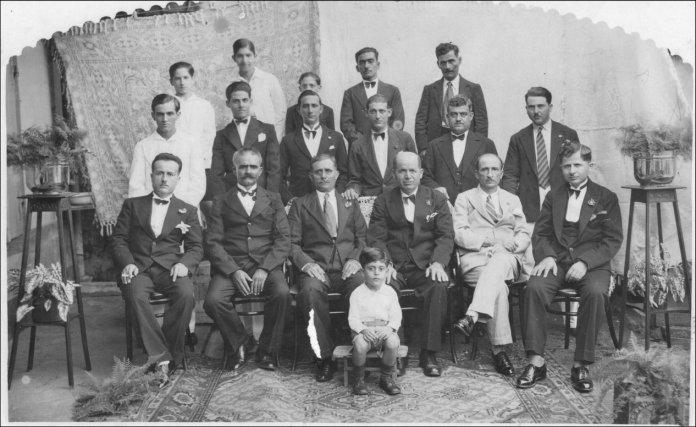 De gauche à droite, 3e rang: Gabriel Khalil Chaïa, Vincent Bichara, Joseph Georges Richard, Georges, Karim qui était pêcheur et connu à Cayenne sous le nom de «Titite», le père du précédent.2e Rang:Georges Moïse (père de Georges Madeleine), Joseph Moïse (frère du précédent), Antoine Eli, Joseph Doumith, Nagib Karam, Chalita Raad. 1er Rang : Richard Khalil Chaïa, Jean Moïse, Georges Doumith, Michel Karam (grand-père d'Antoine Karam), Youssef Hamra (parent des Abchée), Richard Karam (oncle d'Antoine Karam). Assis sur un banc devant: le jeune Georges Elias.