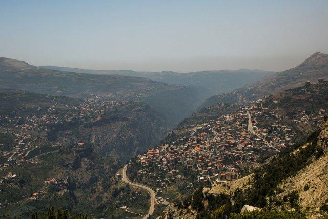 Vue d'ensemble de la vallée de Qadisha. Sur la falaise à gauche, le village de Bazhoun, en face à droite, Ehden.