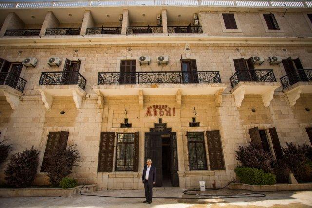 Edmond Abchee devant le Grand Hotel Abchi à Ehden