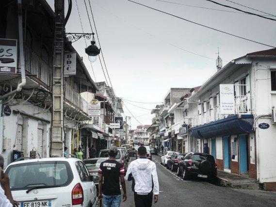 Rue de la République à Basse-Terre, où les magasins syriens et libanais sont la majorité.