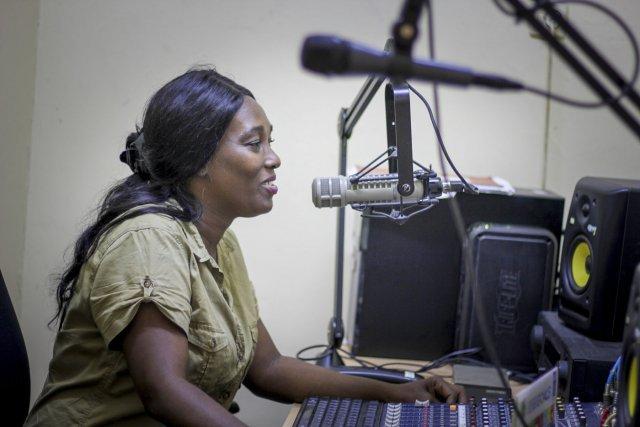 Anne-Marie Bonsma double des films depuis la station de radio où elle travaille