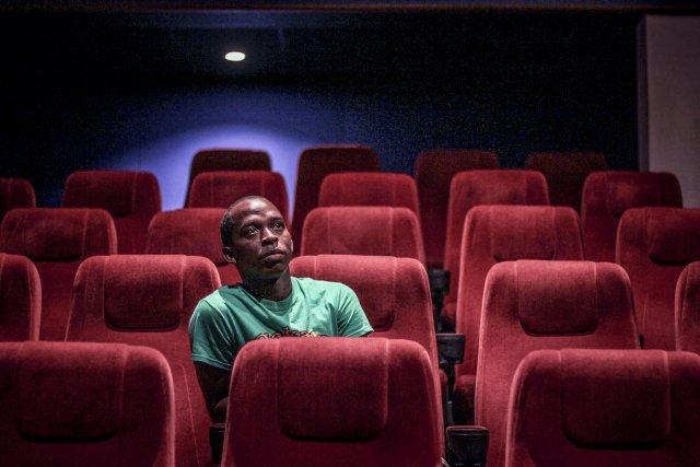 Misiedjan Durando dans l'une des salles du TBL, le cinéma de Paramaribo
