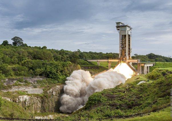 Tout est dans le moteur. Le nouveau moteur à propulsion solide P120 C qui équipera Ariane6 et Vega C s'essaie à Kourou. Il devrait notamment permettre une réduction importante des coûts de lancement de la nouvelle fusée pour concurrencer les fusées américaines.