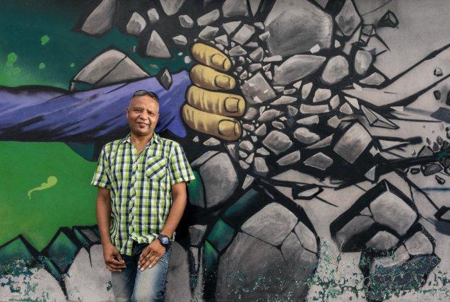 Ahmad Hilal  devant la ressourcerie Ne plus jeter, à Cayenne. Il s'y rend cinq jours par semaine, après une heure de vélo depuis Cogneau-Lamirande (Matoury), où il loue une petite chambre.