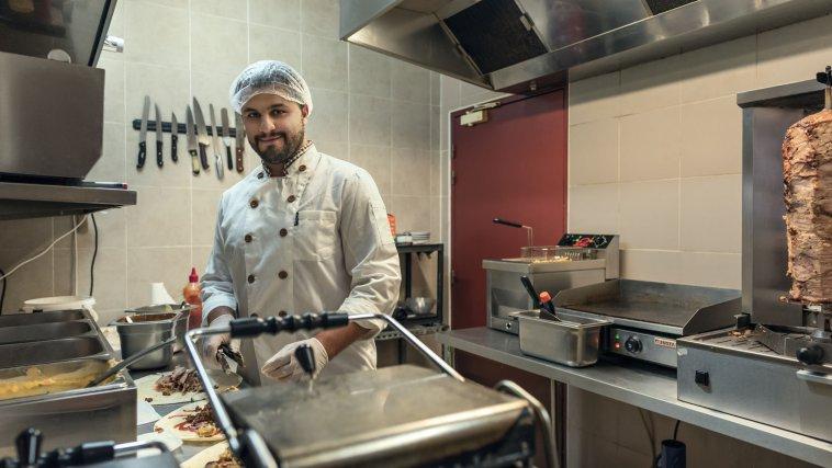Mohamed Abd al Khalek  dans les cuisines du kebab où ils sont employés, à Cayenne.