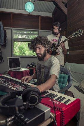 Karam au piano et Hassan à la guitare. Leurs instruments les accompagnent depuis la Syrie et la Turquie.